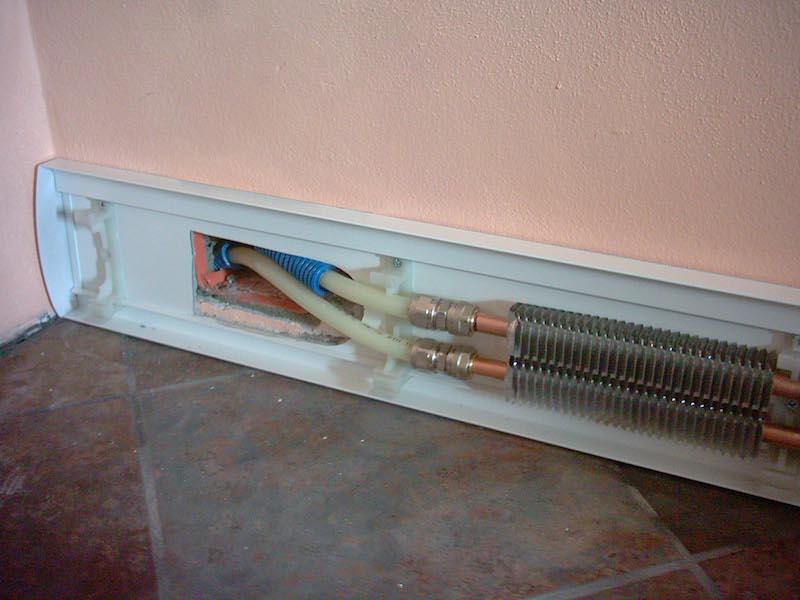 Sistema radiante a battiscopa per il riscaldamento for Costo per livellare il pavimento in casa